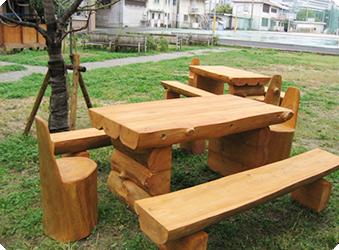 伐採木で作ったテーブルとベンチ